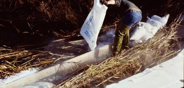 Bonifica-su-corsi-d'acqua-con-minerale-assorbente-idrofobico-Zenit-S.jpg